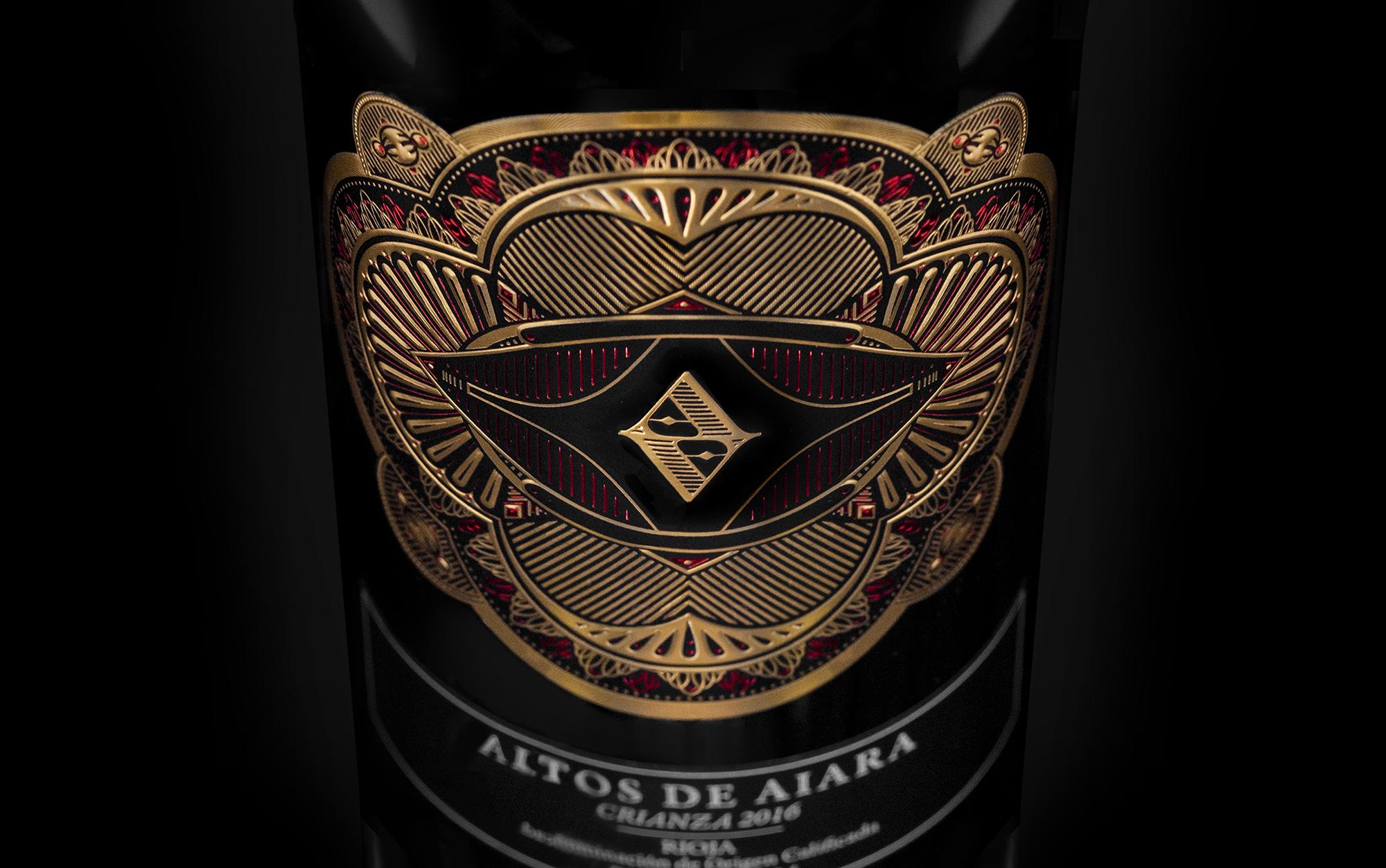 Detalle fotográfico del diseño de la etiqueta de vino crianza Altos de Aiara, La guardia 1