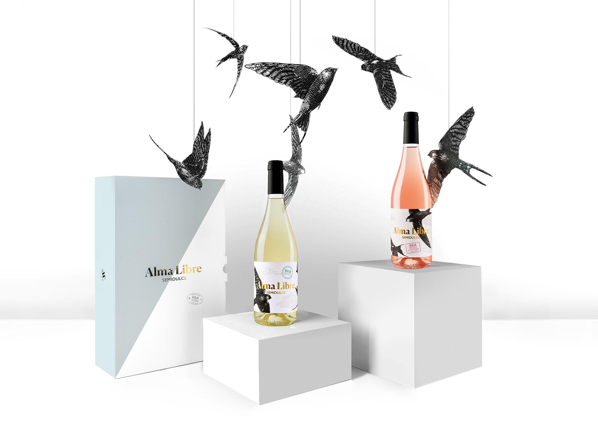 Fotografía bodegón de los pájaros ilustrados para el diseño de packaging de Alma Libre.