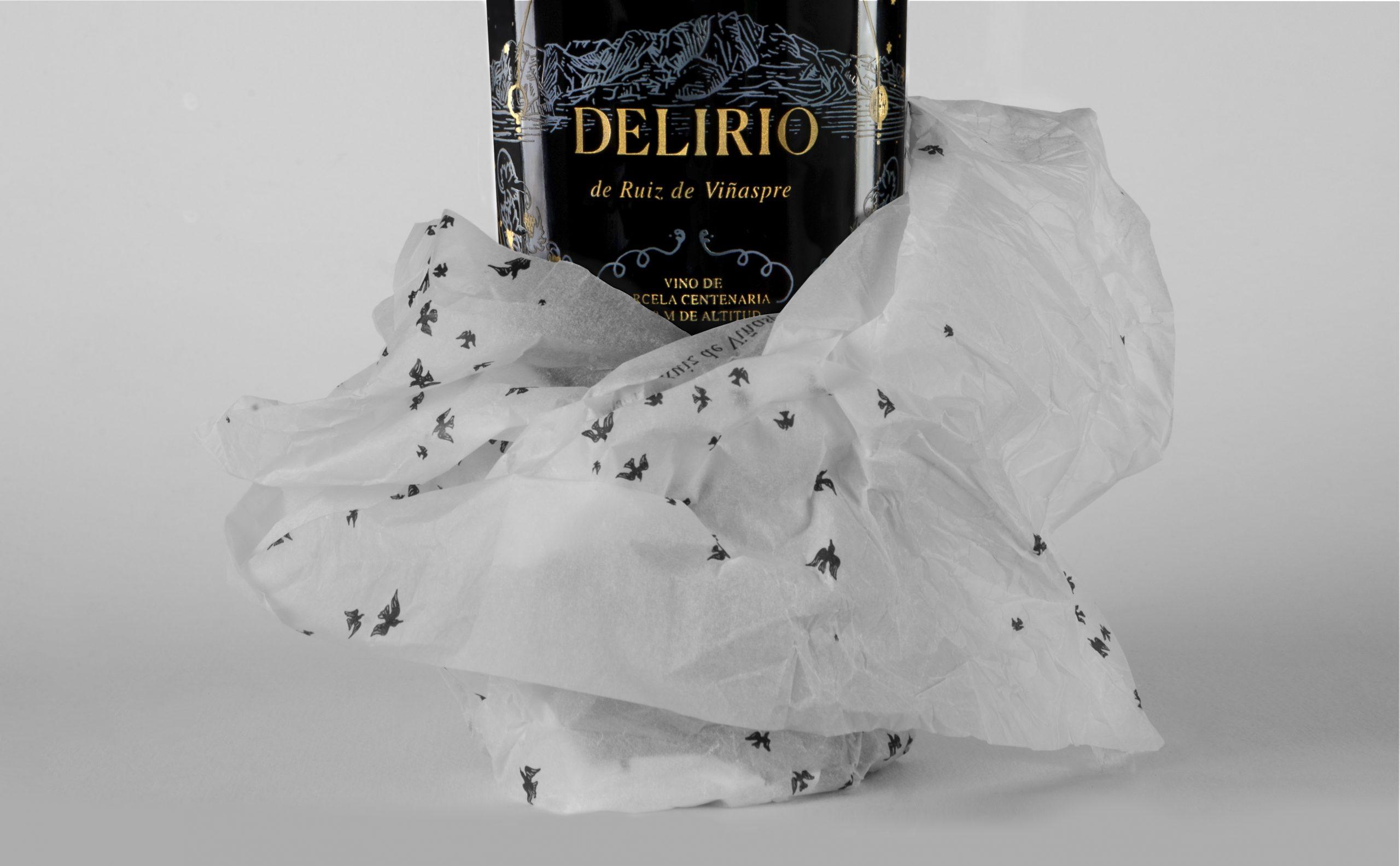 Detalle del diseño de etiqueta y papel seda botella Delirio.
