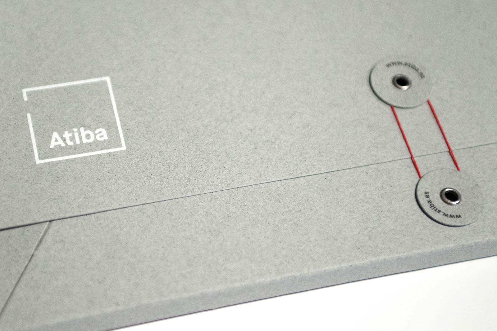 Fotografía de detalle del diseño de la carpeta para la identidad de arquitectura Atiba.