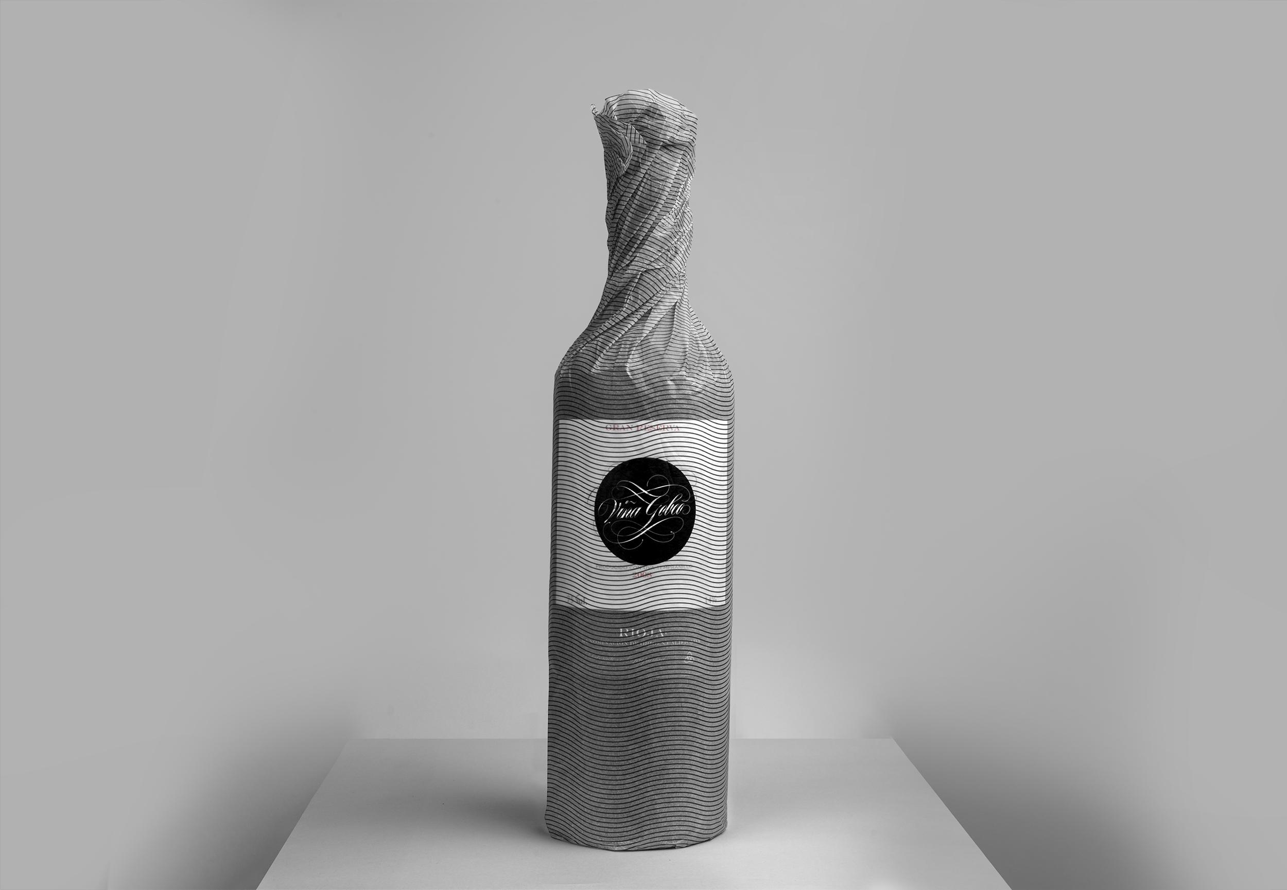 Diseño de etiqueta de vino y fotografía del Vino Gran Reserva Viña Gobeo con papel seda