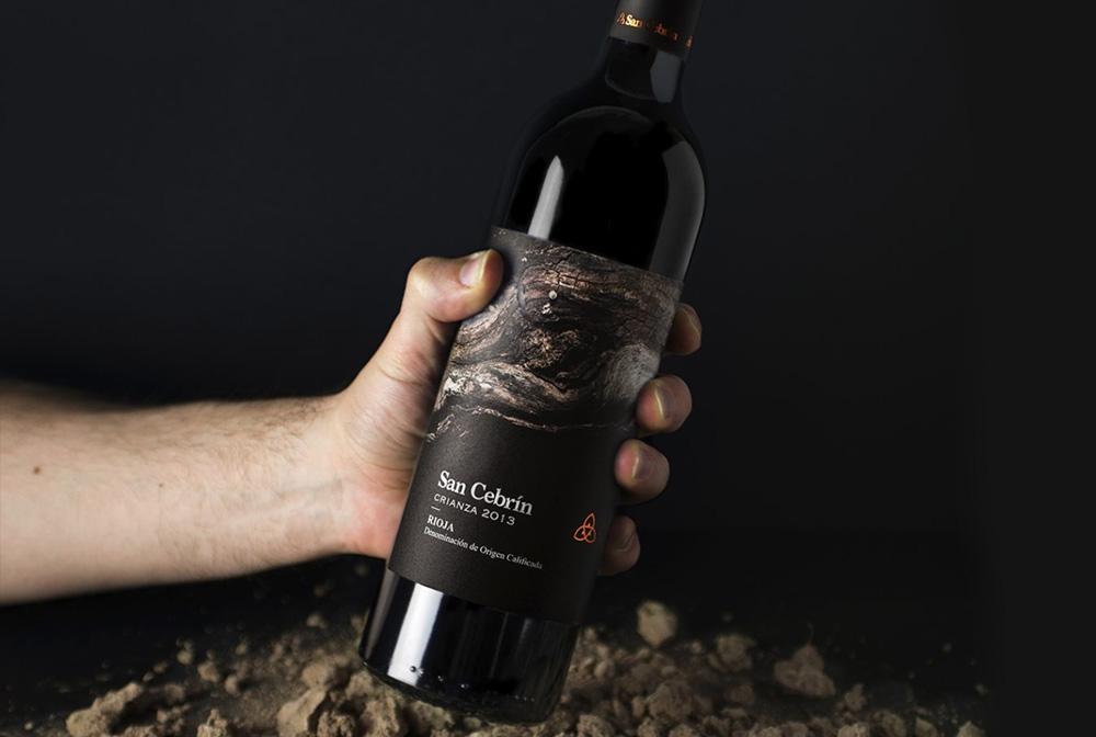 Diseño de etiqueta para vino tinto crianza. Sosteniendo.